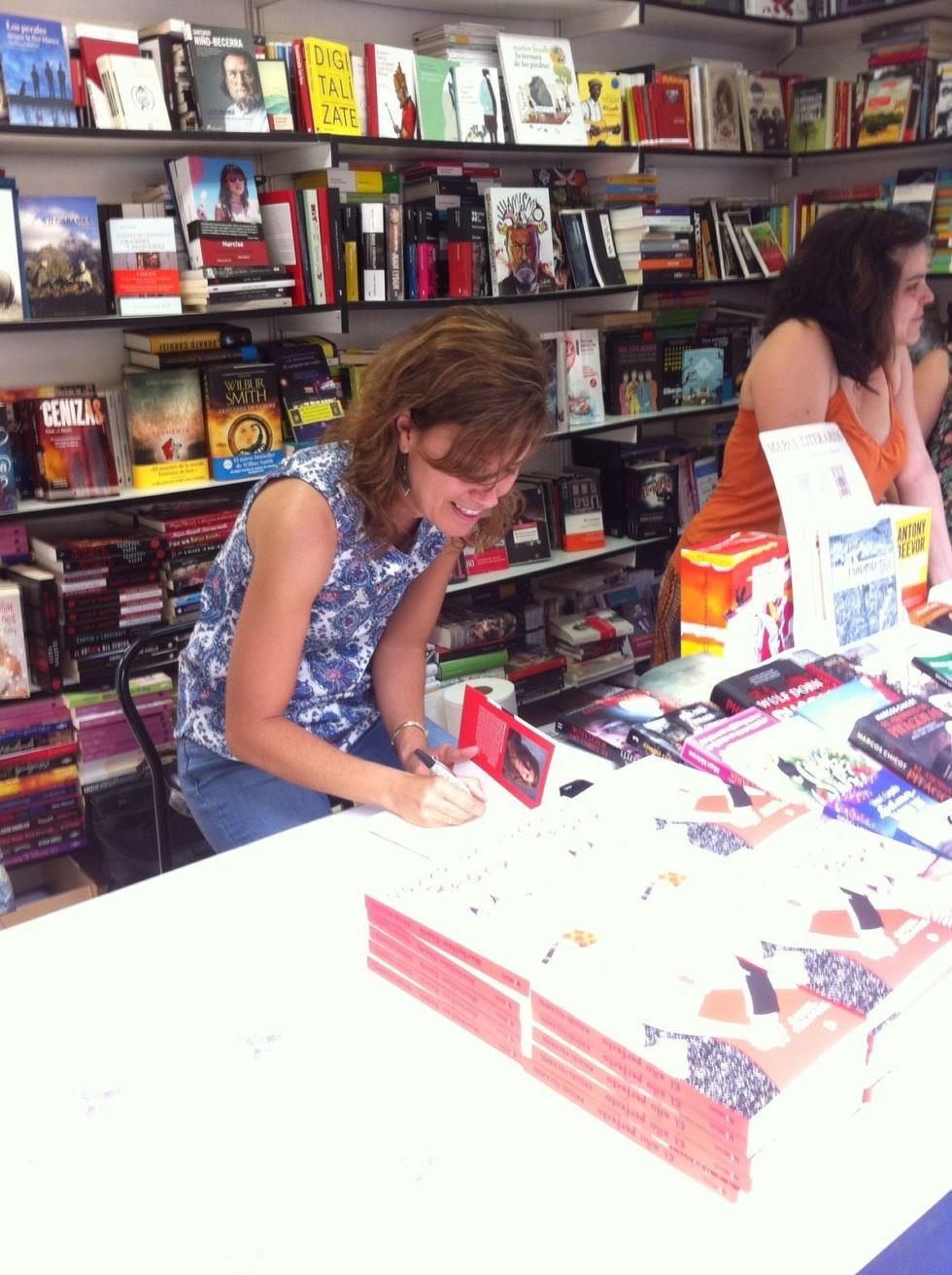 Raquel Villaamil Se Estrena Firmando En La Feria Del Libro De Madrid