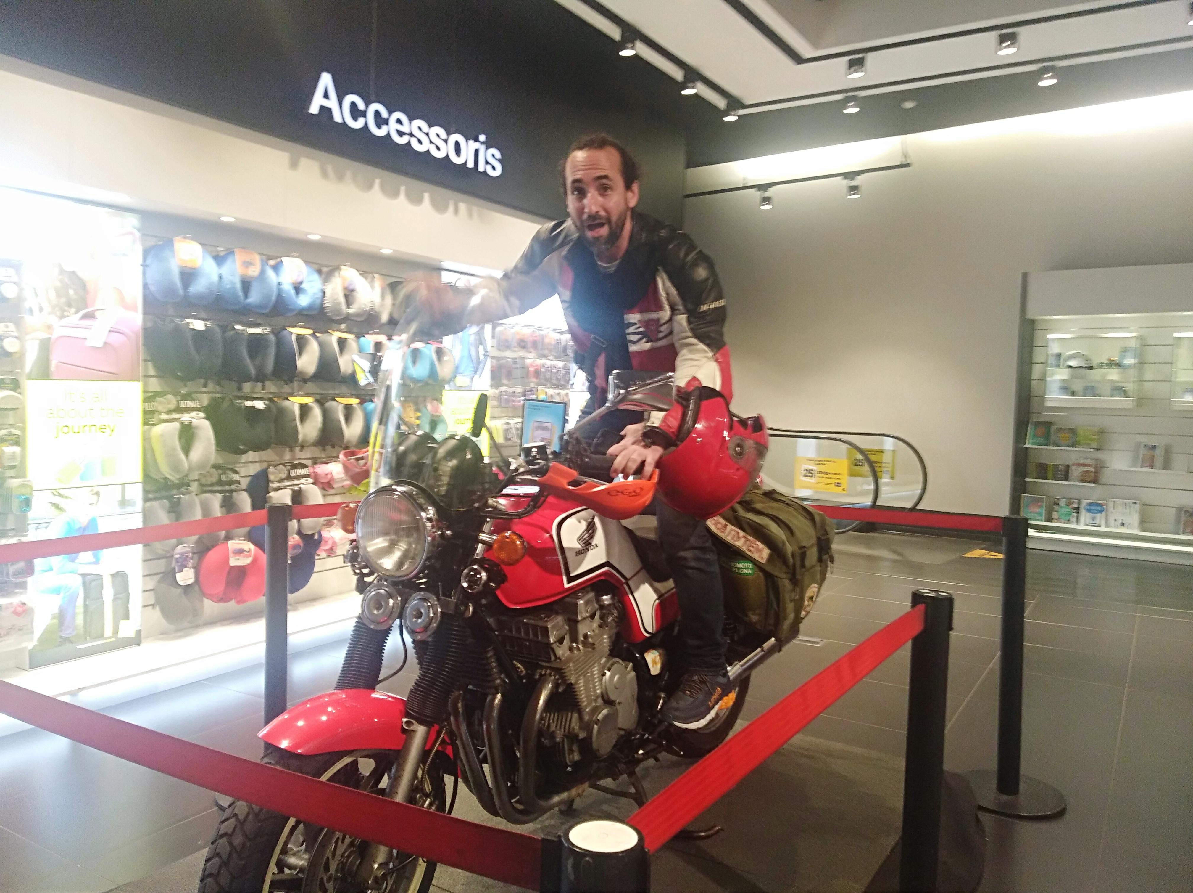 La Honda viajera de Ricardo Fité, expuesta en FNAC Triangle de Barcelona